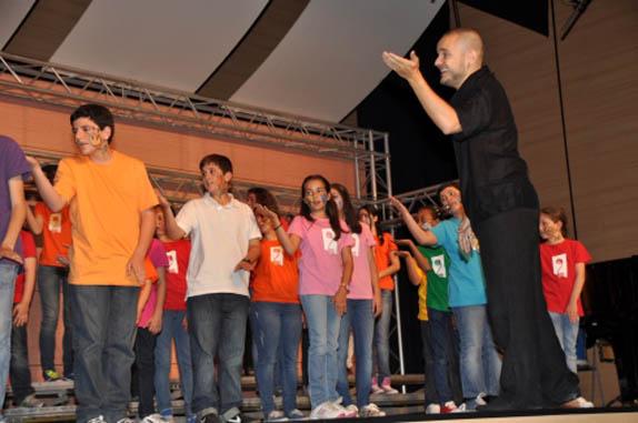 Basilio Astulez dirigiendo Escolanía en II Encuentro Escolanías_0